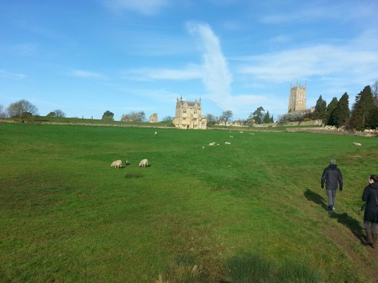 Lygon Arms Hotel: Walking path through sheep fields in Chipping Campden