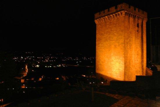 Parador de Monforte de Lemos: La torre de noche desde la habitación
