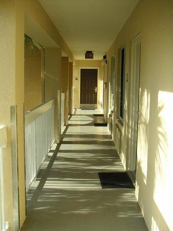 Extended Stay America - Fort Lauderdale - Tamarac: Clean, open walkway