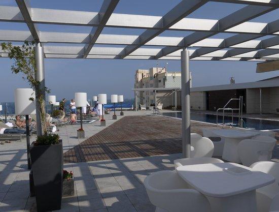 Pullman Barcelona Skipper: Бассейн на крыше отеля