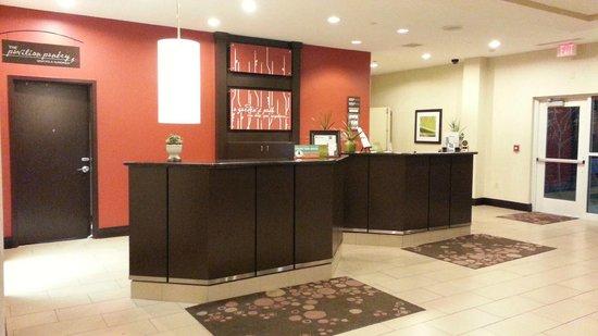Hilton Garden Inn Fargo: Front Desk