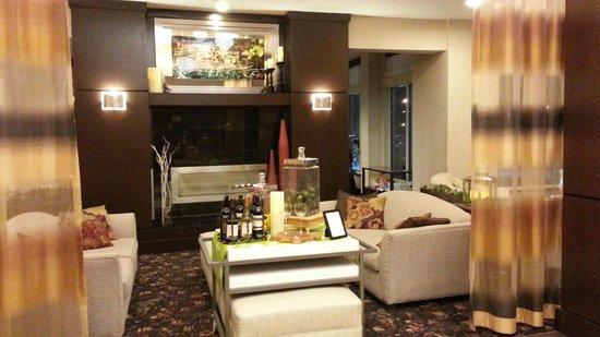Hilton Garden Inn Fargo: Coffe / Water area in Lobby