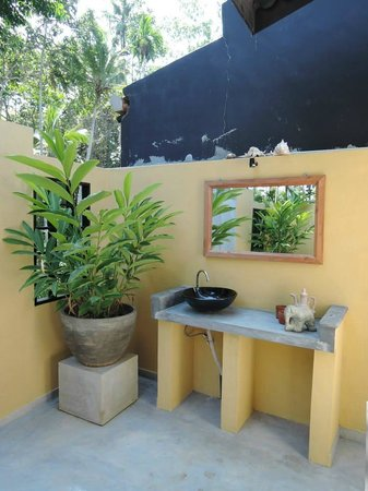 Indika's House & Tours: Outdoor shower
