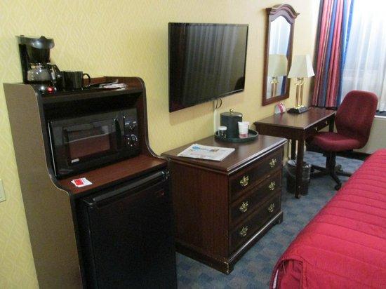 Ramada Jersey City: Kühlschrank, Coffeemaker, TV, Schreibtisch