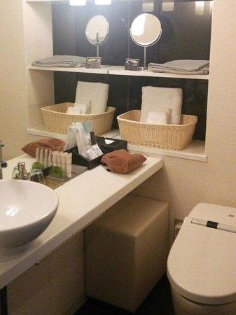 Cross Hotel Osaka : お手洗いも鏡が大きく清潔
