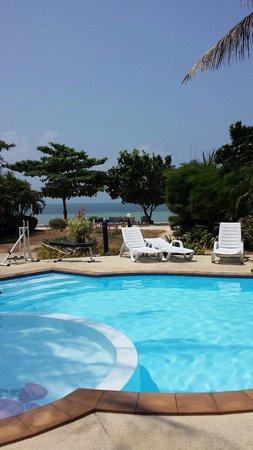 Rung Arun Resort: Pool area