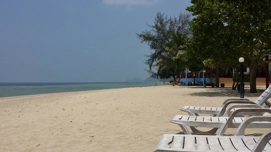 Rung Arun Resort : Beach at resort