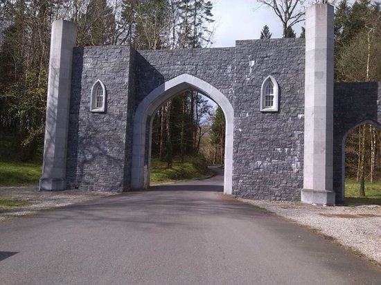 Kilronan Castle Estate & Spa: Entrance to the wooded grounds
