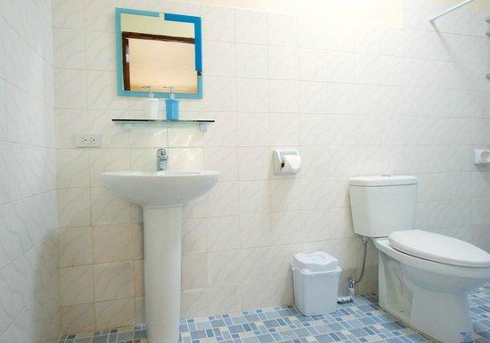 Thresher Cove Dive Resort: Deluxe Bathroom