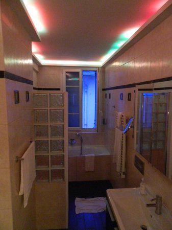 Hotel Gounod Nice: Banheiro com hidro e chuveiro