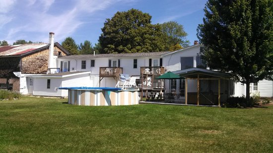 Pleasant View B&B : Pool and hot tub available for registered guests' use