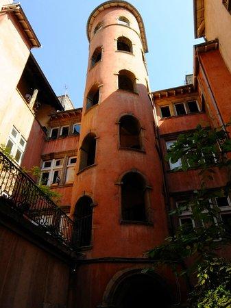 Vieux Lyon : tour rose