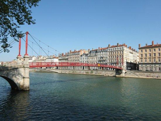 Vieux Lyon : la passerelle saint georges sur la saone