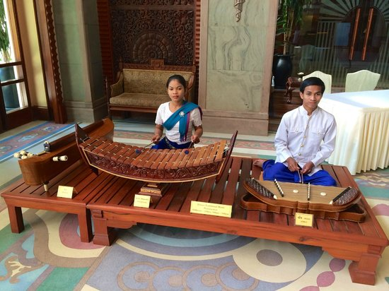 Sokha Angkor Resort: musicians in the lobby