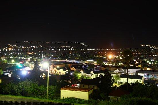 Guinea Fowl Lodge : Panorama serale della città, vista dalla terrazza