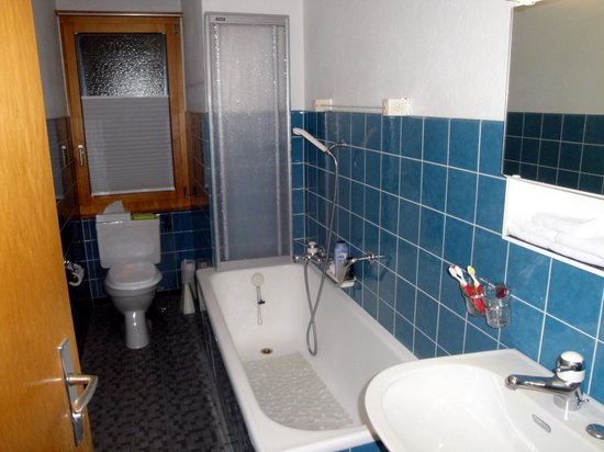 Hotel Parnass: Private bath with tub and shower