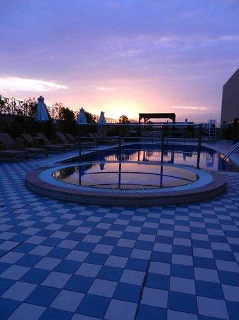 Marriott Executive Apartments Dubai Creek : The pool at sunrise