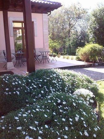 Hotel Rural Arpa de Hierba: Un rincón del precioso jardín