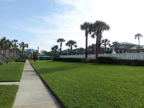 Seaspray Condominiums: Beatuiful grounds