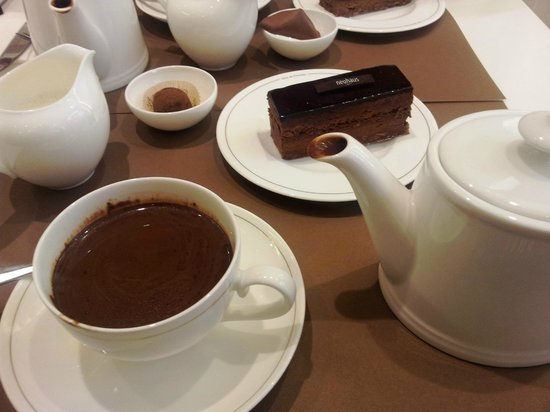 Neuhaus Galerie de la Reine - L'atelier de Neuhaus: Chocolate cake and hot chocolate