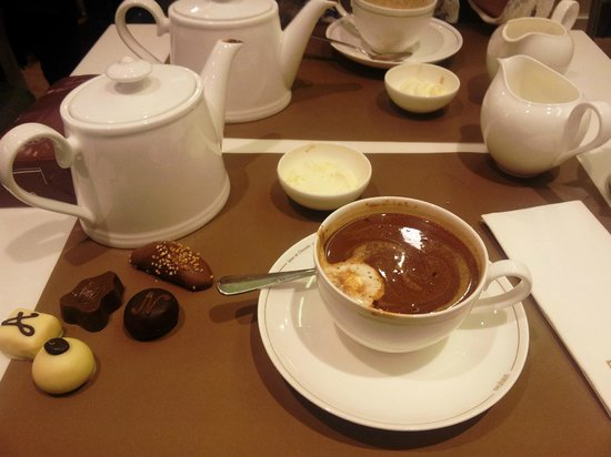 Neuhaus Galerie de la Reine - L'atelier de Neuhaus : Selection of truffles and hot chocolate