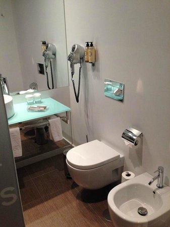 Neya Lisboa Hotel: baño (con secador)