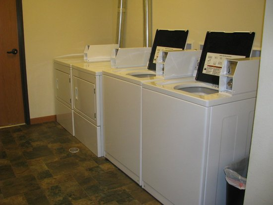 Mountain View Hotel: Public laundry
