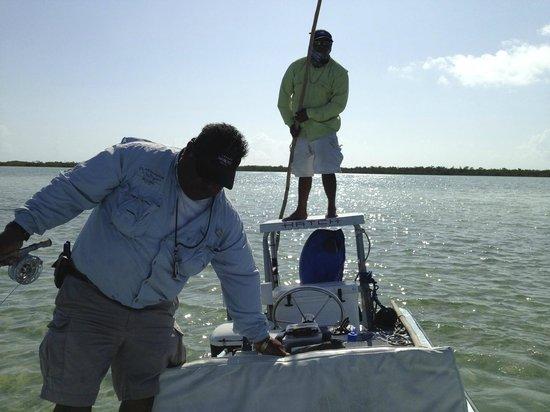 El Pescador Resort: My guide and his assistant