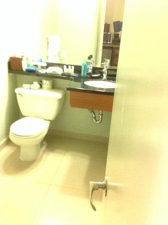Courtyard Waikiki Beach : Smallest bathroom I have ever had in a hotel room