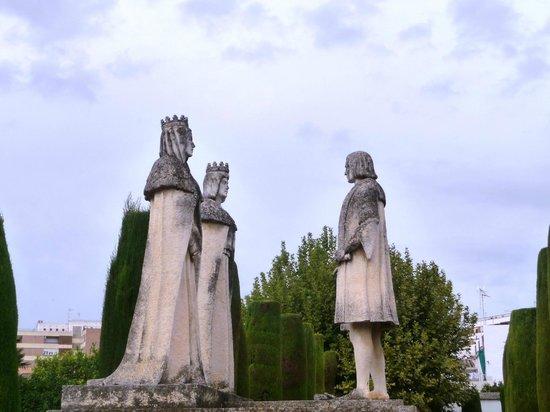 Alcazar de los Reyes Cristianos: Statue Colomb et rois