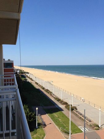Courtyard Virginia Beach Oceanfront/North 37th Street: North beach view from the hotel room