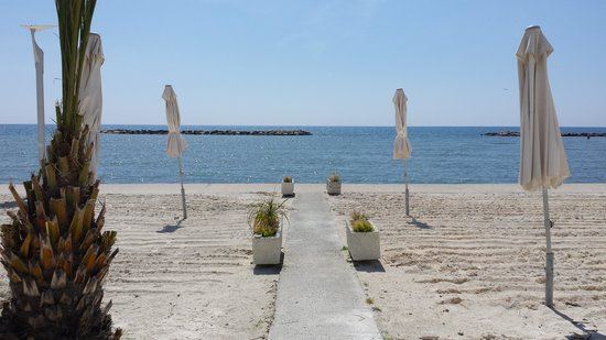 Princess Beach Hotel: walkway to sea