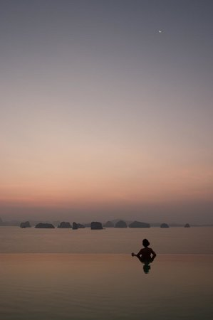 Six Senses Yao Noi: The infinity pool at the Hilltop at sunrise is just breathtaking