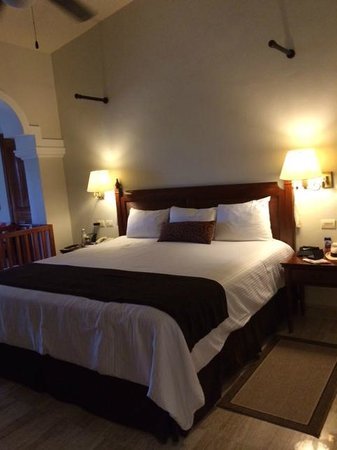 Now Sapphire Riviera Cancun : Nice king size bed, crib for the baby