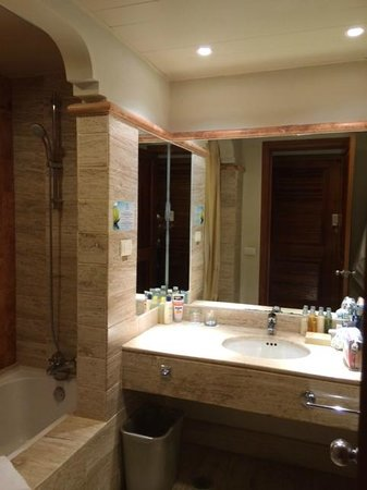 Now Sapphire Riviera Cancun: Nice toileteries, refreshed every morning/evening