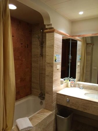 Now Sapphire Riviera Cancun: Bathroom with joint tub and shower