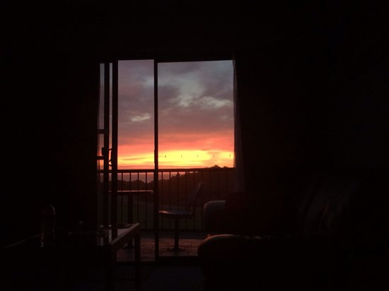 Apollo Bay Waterfront Motor Inn: Amazing sunset we woke up to!