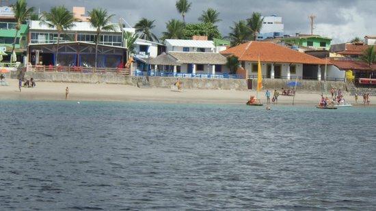 Pousada Beira Mar : Vista do hotel a partir da jangada que leva às piscinas naturais