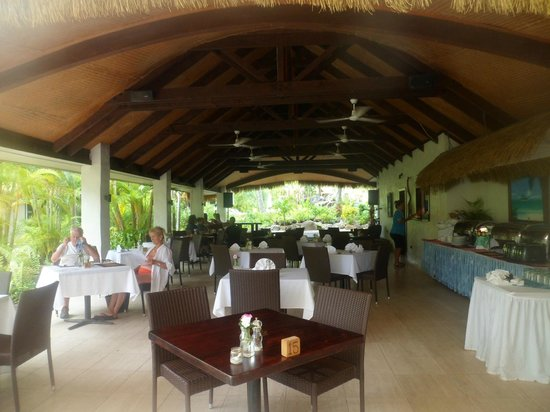 Crown Beach Resort & Spa: Oceans Restaurant looking towards main pool area
