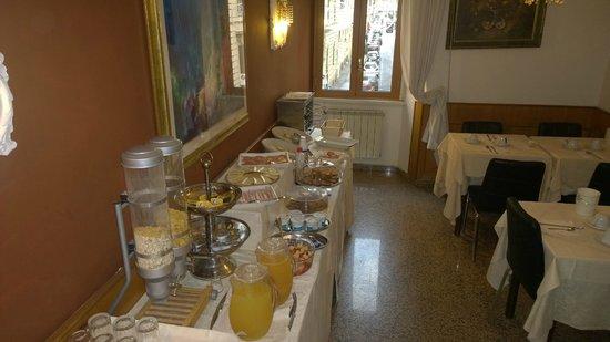 Hotel Gabriella: Breakfast