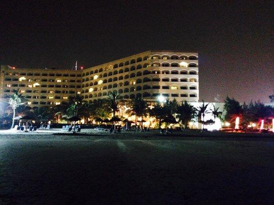 Kempinski Hotel Ajman: Kveldstur på stranden.