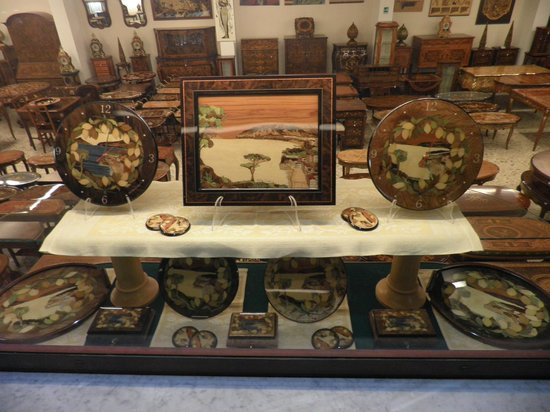 Gargiulo & Jannuzzi : Display of various inlaid products for sell.