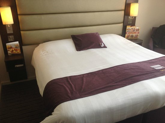 Premier Inn Stockport Central Hotel: Bed