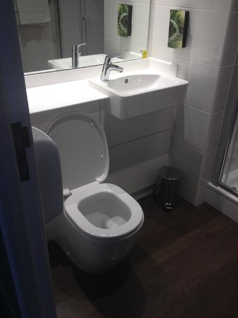Premier Inn Stockport Central Hotel: Bathroom