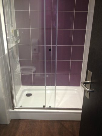 Premier Inn Stockport Central Hotel: Shower