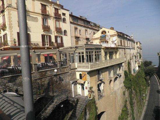 Syrenuse: Restaurant on left beside road below.