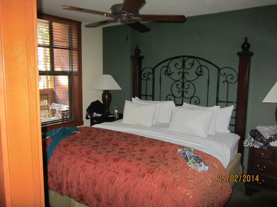 The Village Lodge: lovely bed