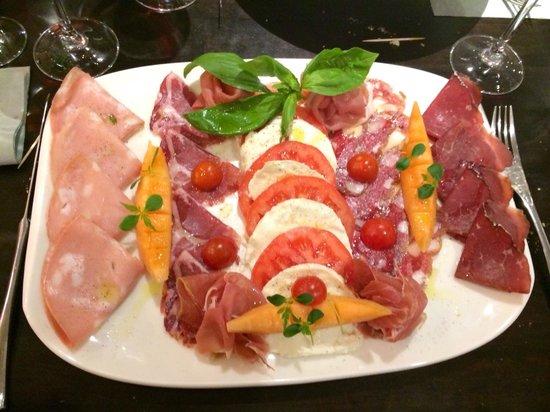 Pasta Follie's: Délicieux plat de charcuterie généreux a accompagner d un vin rouge maison de caractère