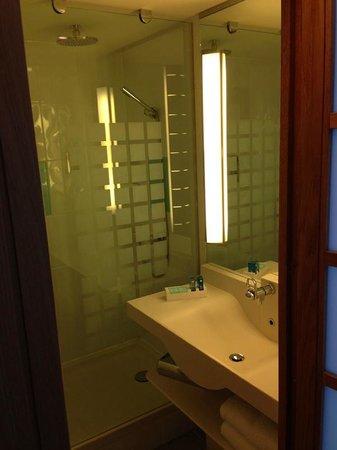 Novotel Edinburgh Park: Wash basin and shower