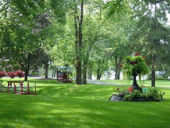 Angel's Rest Bed & Breakfast: beautiful landscaped grounds